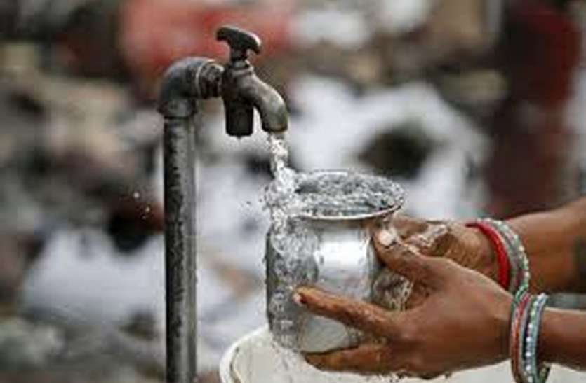 गांव में पानी भरते समय सोशल डिस्टेंस की अनदेखी