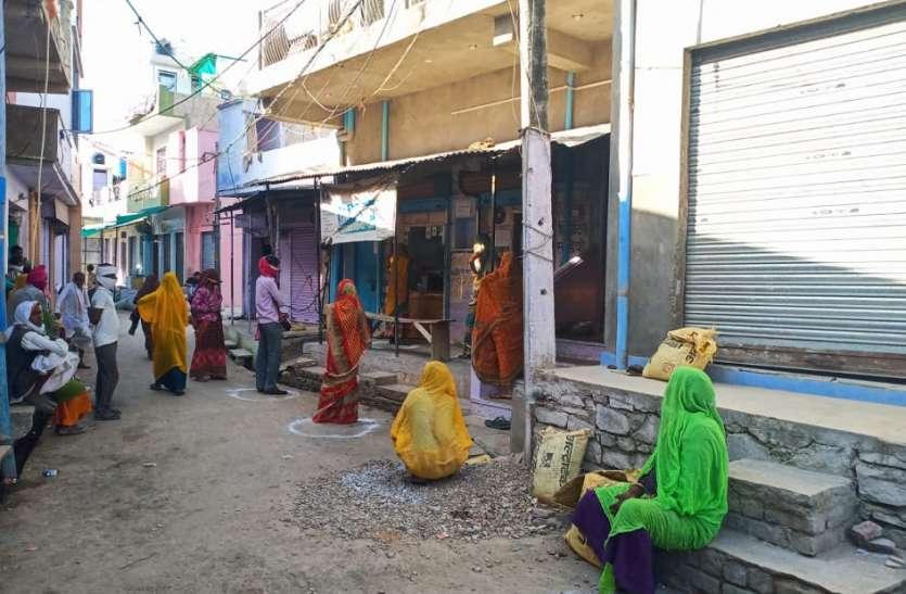 500 रुपए निकालने कियोस्क सेंटर पर उमड़ रही भीड़