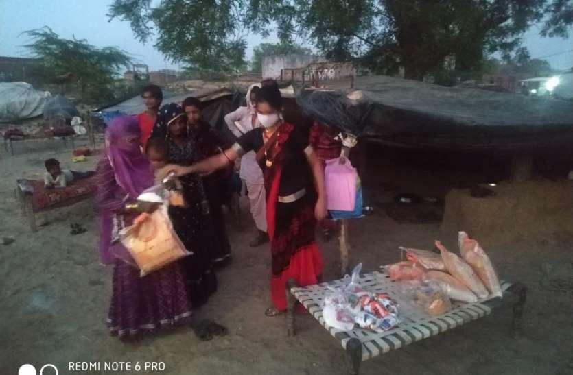 किन्नर कोमल ने बढ़ाए मदद के हाथ, गरीबों को बांटी खाद्य सामग्री