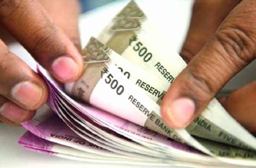lockdown : बैंक घर घर दे रहा cash payment, साबुन और सेनेटाइजर से हाथ धुलाने के बाद भुगतान