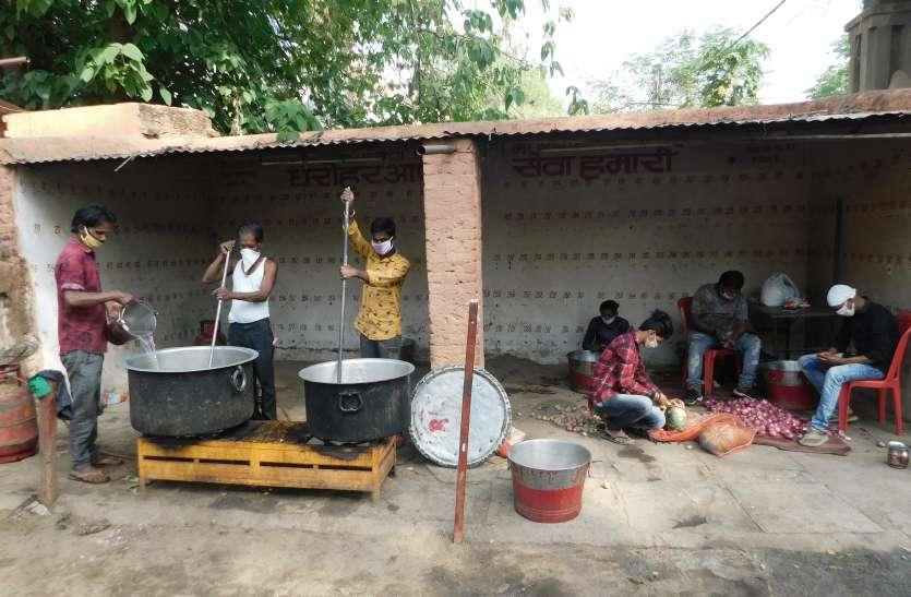 लॉक डाउन : घर में गरीबी गुजारा पर जरूरतमंदों की सेवा के लिए रहते हैं सदैव तत्पर