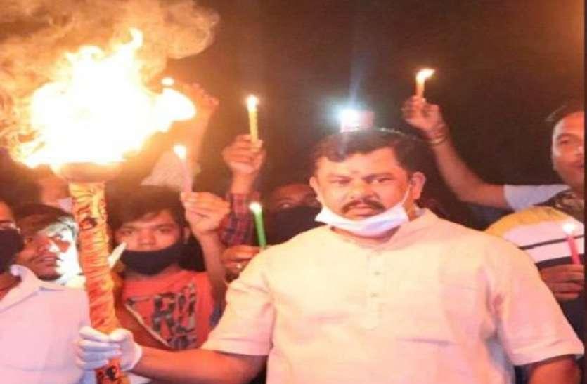 फिर उड़ी सोशल डिस्टेंसिंग की धज्जियां, बीजेपी नेता ने ताक पर रखी पीएम मोदी की नसीहत