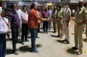 अनूठा प्रयास- व्यापारियों ने पुलिसकर्मियों की उतारी आरती और बरसाए फूल, सौंपा राशन