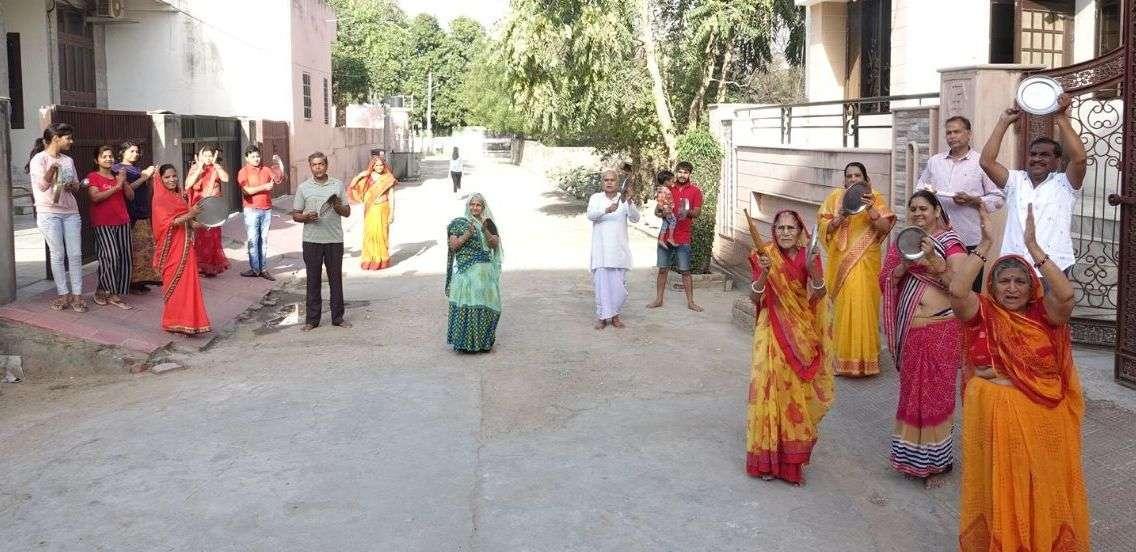 महावीर जयंती ... घरों के आगे सजाई रंगोली, बजाई तालियां