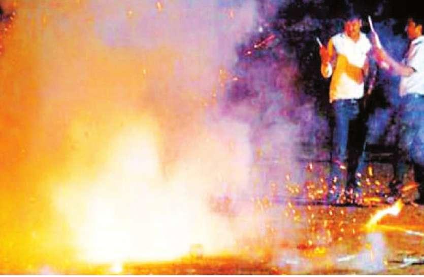 दीये जलाने के बाद लोगों ने जलाई आतिशबाजी, शहर में इतना बढ़ गया प्रदूषण