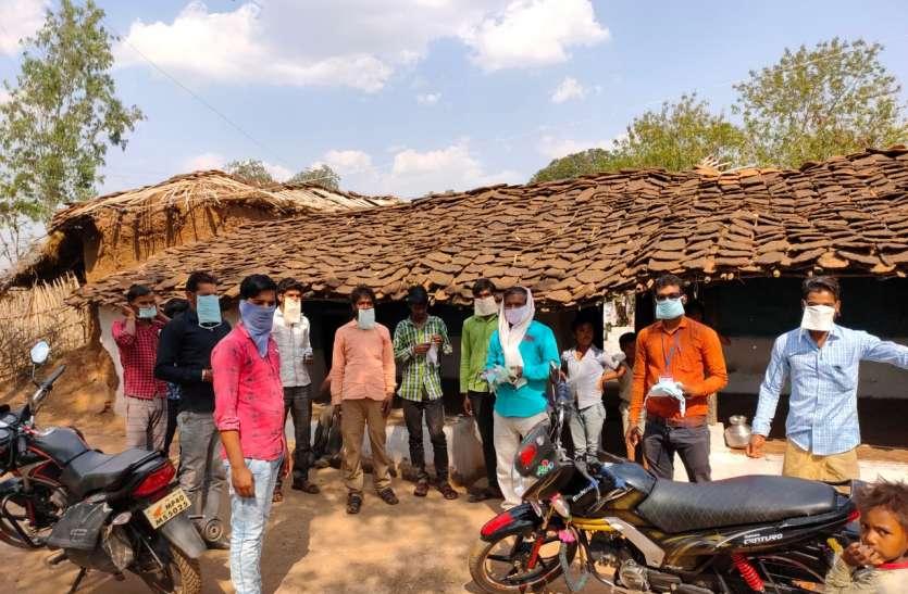 कोरोना वायरस के संक्रमण से बचाने ग्रामीणों को वितरित किए निशुल्क मास्क और सेनिटाइजर