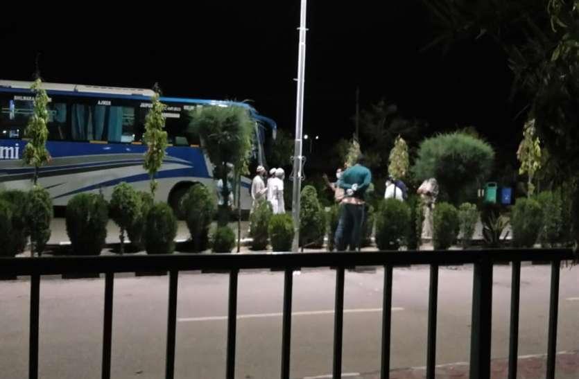 Jaipur corona कोरोना संदिग्ध क्वारेंटाइन में एक—दूसरे से करते थे रोज दुआ—सलाम, शिफ्ट किया तो रात को बसों से उतर गए