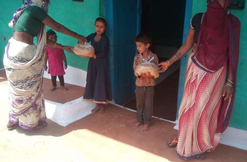 शिक्षक विद्यार्थियों के घर-घर जाकर दे रहे गेहूं, चावल