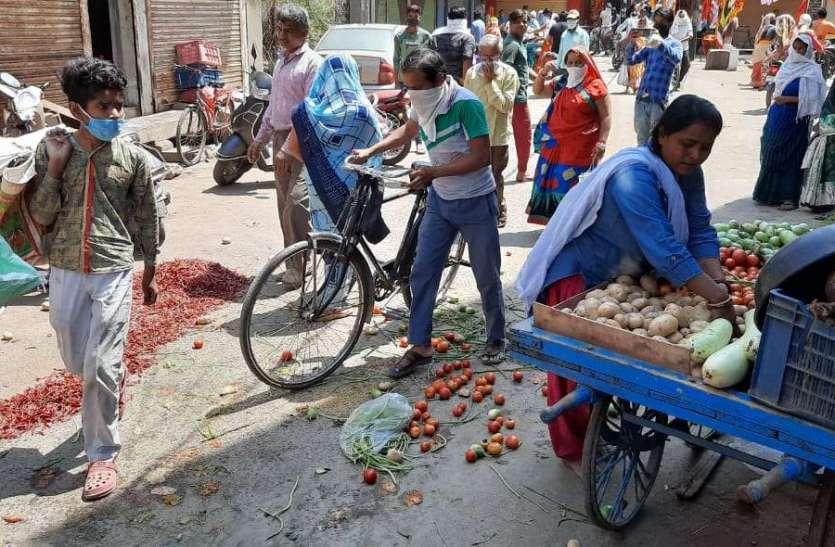 दुकानदार पैसा लेकर दुकान के बाहर फुटपाथ पर लगवा रहे सब्जी की दुकानें