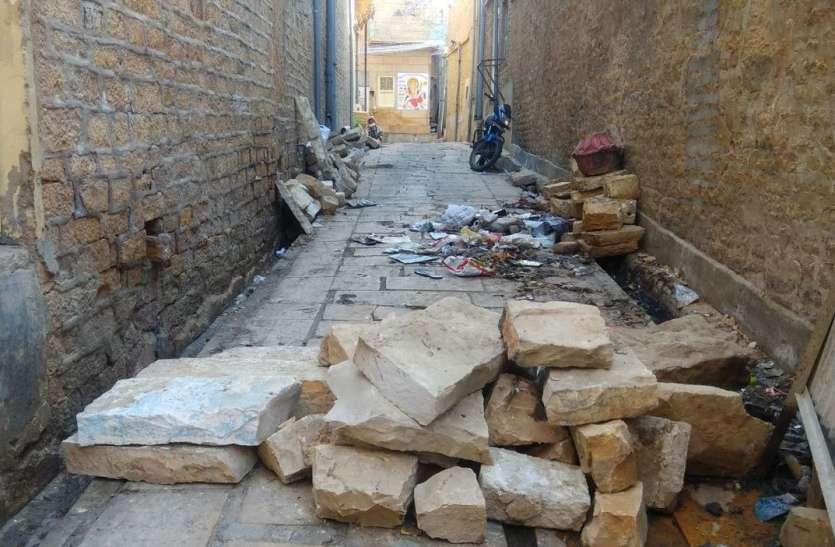 सुरक्षा के नाम पर 'दबंगई' -शहर की गलियों में मनमाने ढंग से रोक दिए गए रास्ते