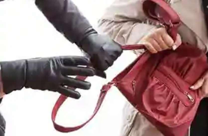 Lockdown  में भी बदमाश बेखौफ, बाजार में सामान खरीदने गई महिला से लूट, शोर मचाने पर मदद के लिए कोई आगे नहीं आया