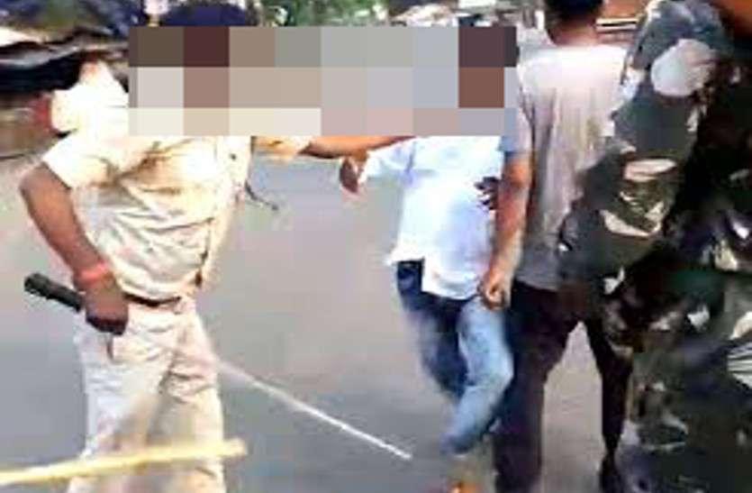 लॉकडाउन में बाहर निकले पार्षद की पुलिस ने डंडे से की पिटाई, बाइक जब्त कर थाने में बैठाया, पार्षदों ने किया हंगामा