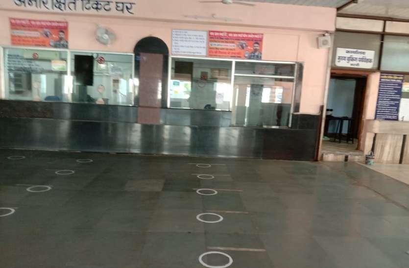 रेलवे आरक्षण काउंटर्स पर कोरोना का खौफ