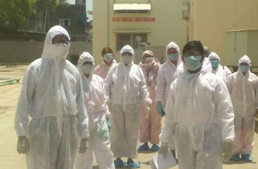 कोरोना वारियर्स... गर्मी और धूप में पूरी किट पहनकर पहुंच रहे संक्रमित मरीज के घर तक