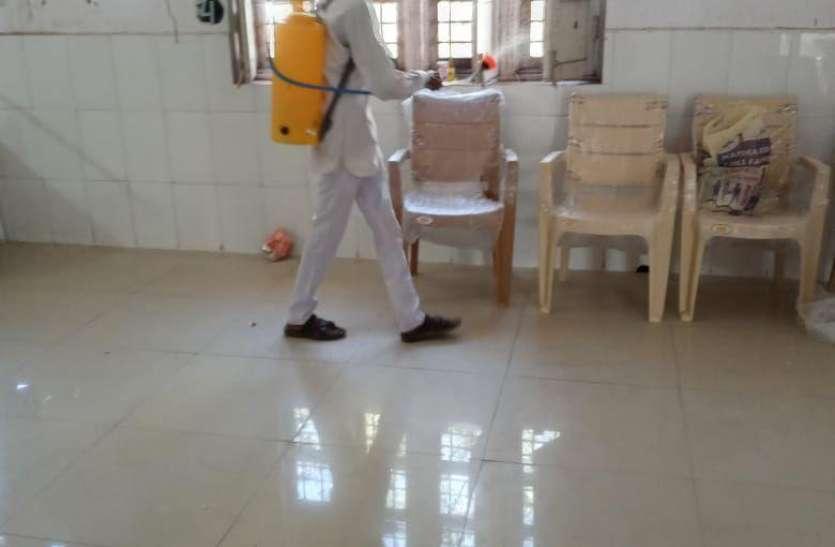 समय पर वेतन नहीं, फिर भी तन्मयता ड्यूटी कर रहे सफाई कर्मचारी