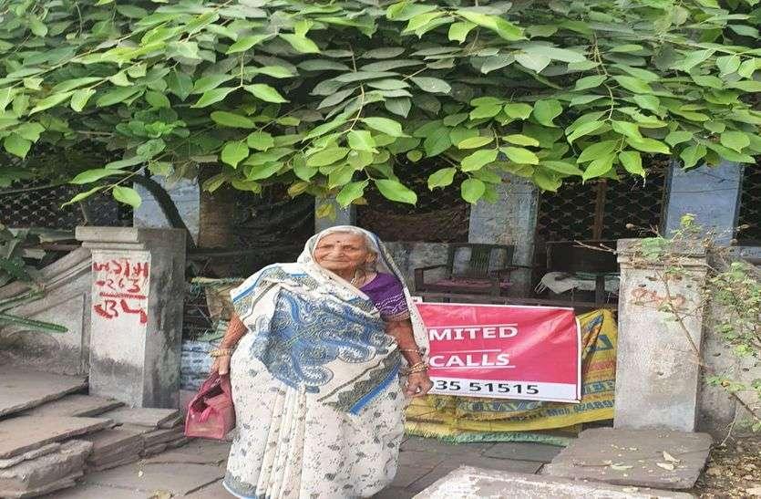 घर में थे पांच लाख रुपए, 91 साल की महिला ने कलेक्टर को कोरोना वायरस से लडऩे दे दिए