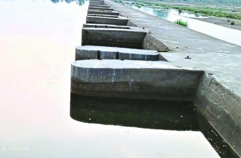 जल संसाधन विभाग की अनदेखी से नवागांव एनीकेट का व्यर्थ बह रहा पानी