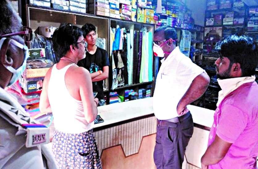 शहरों के बाद अब ग्रामीण क्षेत्रों के दुकानदारों से वसूला जा रहा है जुर्माना ...