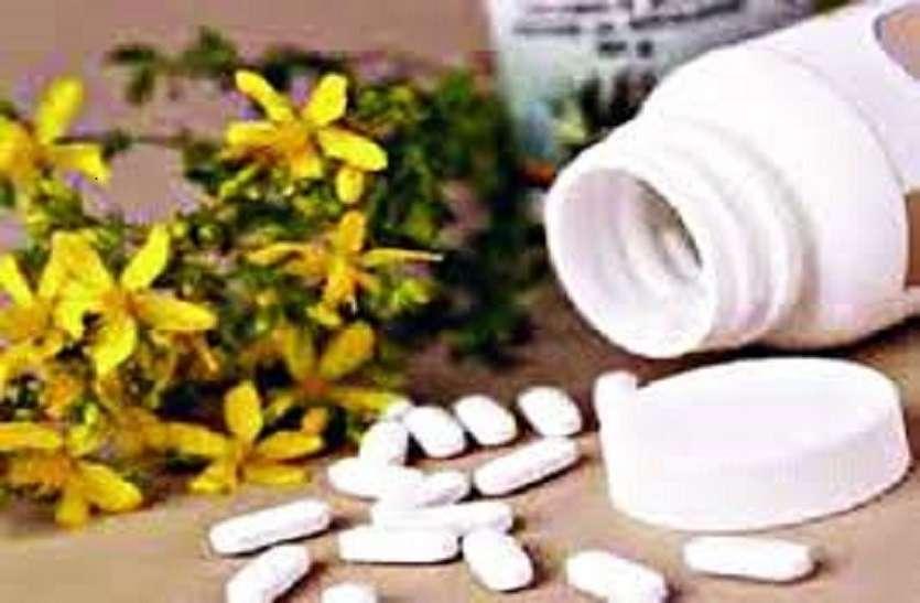 आयुषकर्मी लोगों को इम्युनिटी पॉवर बढ़ाने के लिये नि: शुल्क बांट रहे औषधियाँ