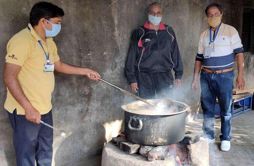 घर-घर जाकर एक हजार लोगों को पिलाया आयुर्वेदिक काढ़ा, जरुरतमंद परिवारों को राशन सामग्री का भी किया वितरण
