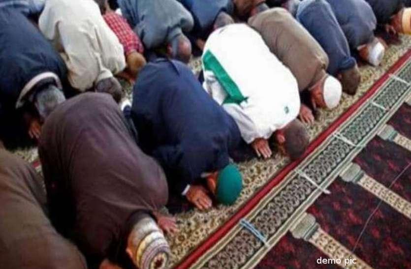 मस्जिद में सामूहिक रूप से नमाज पढ़ रहे थे लोग, पुलिस का छापा पड़ते ही मची भगदड़
