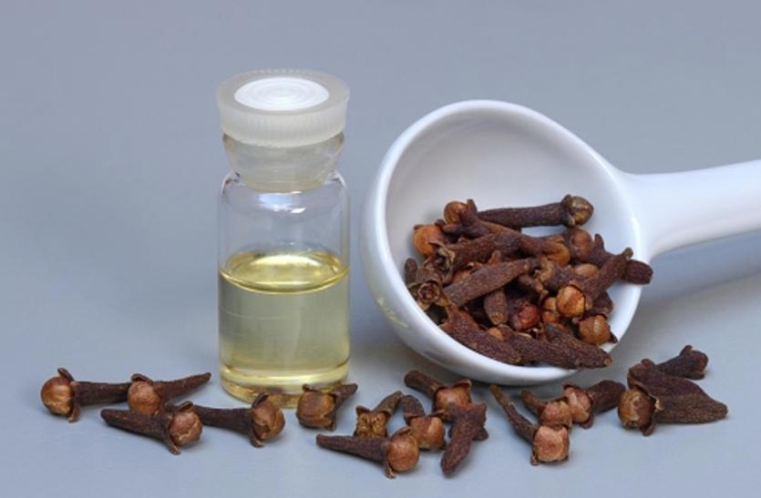 Skin Care Tips:बेदाग और मुलायम त्वचा के लिए इस तरह लगाएं लौंग का तेल