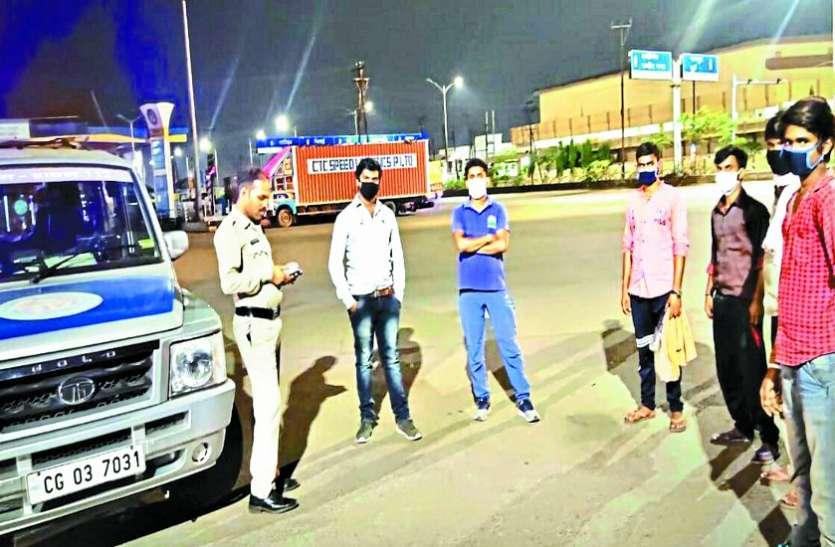दिन में पुलिस का पहरा, रात में घर के लिए पैदल जाने वालों को समझाकर दे रहे सुरक्षित छत