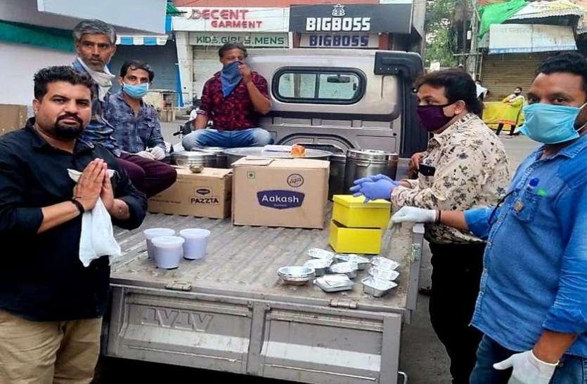 ये है मां अहिल्या का इंदौर... चाय शुरू की सेवा, अब करवा रहे ढाई हजार को भोजन