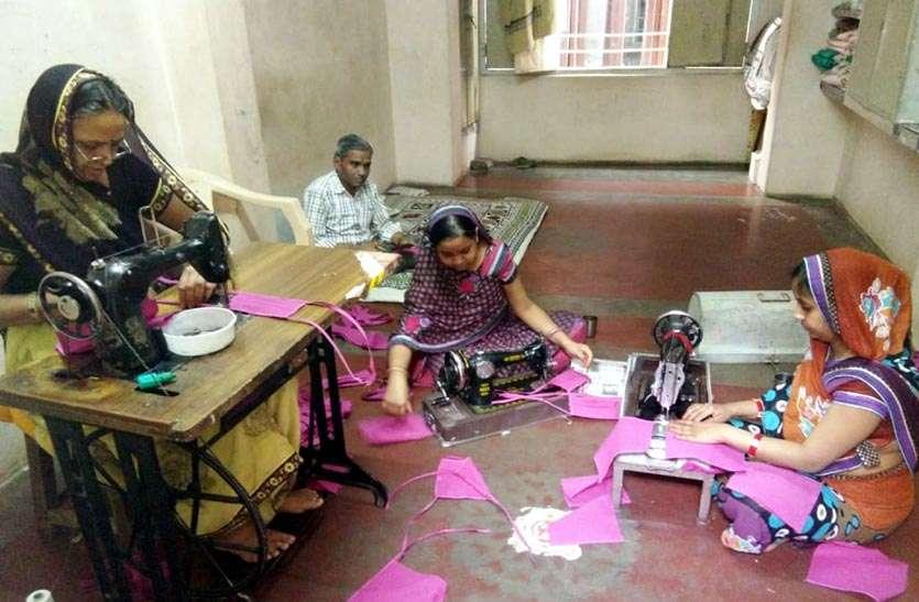 Corona Ke Karmvir: कोरोना योद्धाओं के लिए लॉकडाउन में घर बैठी महिलाओं ने बनाए मास्क