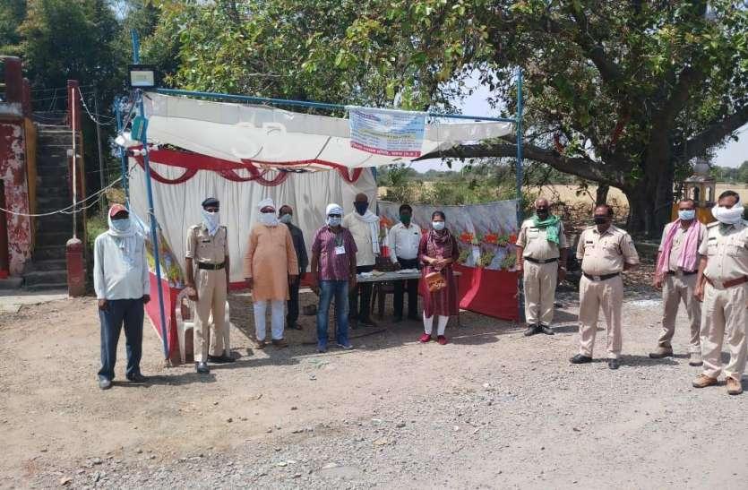 राहगीरों को लाने वाला ट्रक चालक पुलिस के फेर में फंसा