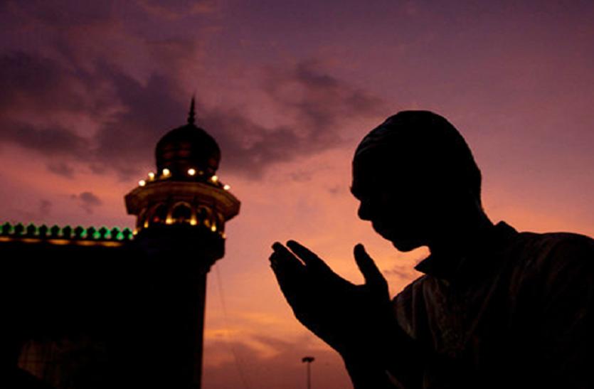 mumbai: लॉकडाउन में रमजान, मुस्लिम बंधु घर में पढ़ें नमाज