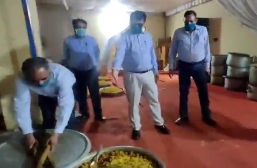 Coronavirus: जूते पहनकर सामुदायिक रसोई का अधिकारियों ने किया निरीक्षण