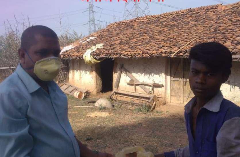 ग्रामीण के भूखे मरने की सूचने पर ग्राम सुधार समिति के सदस्यों ने पहुंचाया खाद्य सामग्री