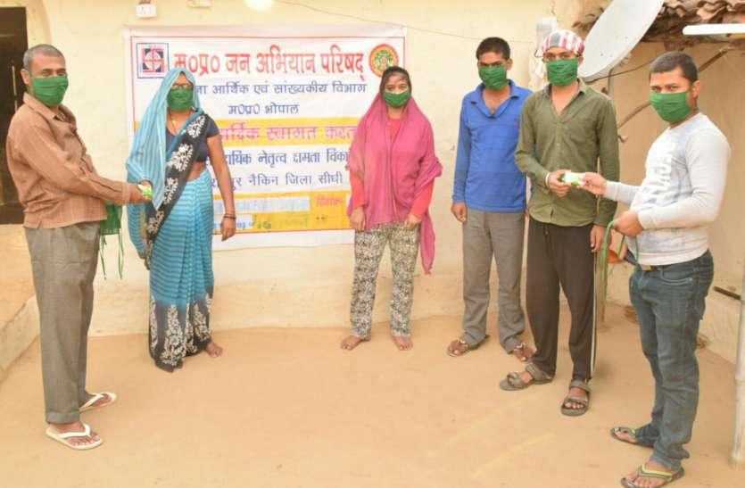 प्रस्फुटन समिति रामपुर नैकिन के कोरोना फ ाईटर कर रहे हैं मास्क का वितरण