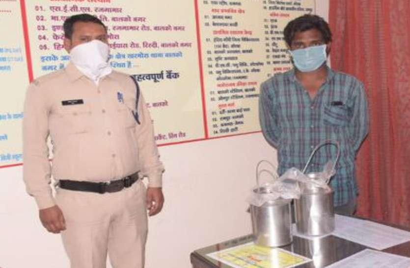 दूध के डिब्बे में महुआ शराब भरकर ले जा रहे थे तीन युवक, पुलिस को देखते ही बाइक से कूदकर दो भागे, एक पकड़ाया