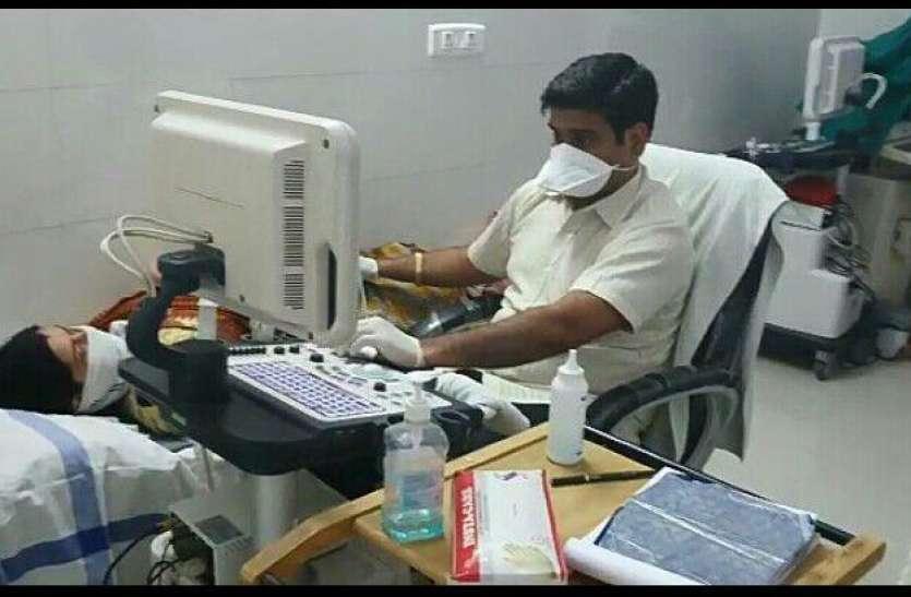 अपना अस्पताल छोड़ रोज एक घंटे जिला अस्पताल में कर रहे सोनोग्राफी