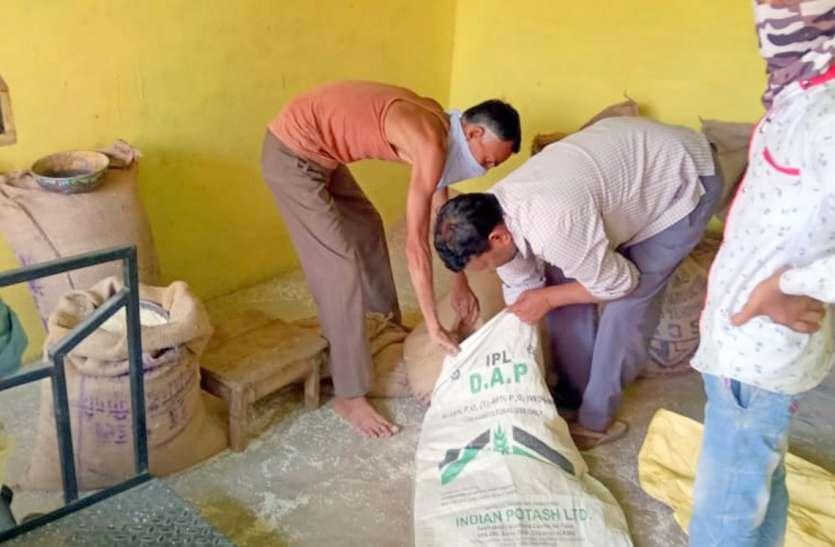 लॉकडाउन में पेट की भूख मिटाने गरीबों को गेहूं की जगह बांटा जा रहा सिर्फ चावल