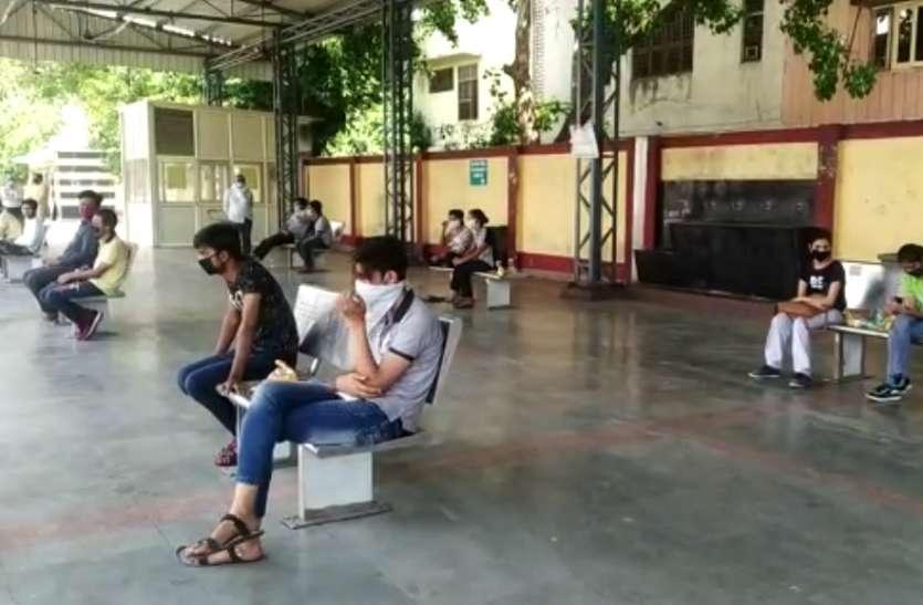 कोटा से 27 छात्र-छात्राओं को लेकर बस पहुंची मेरठ, स्वास्थ्य विभाग की टीमें जांच में जुटी