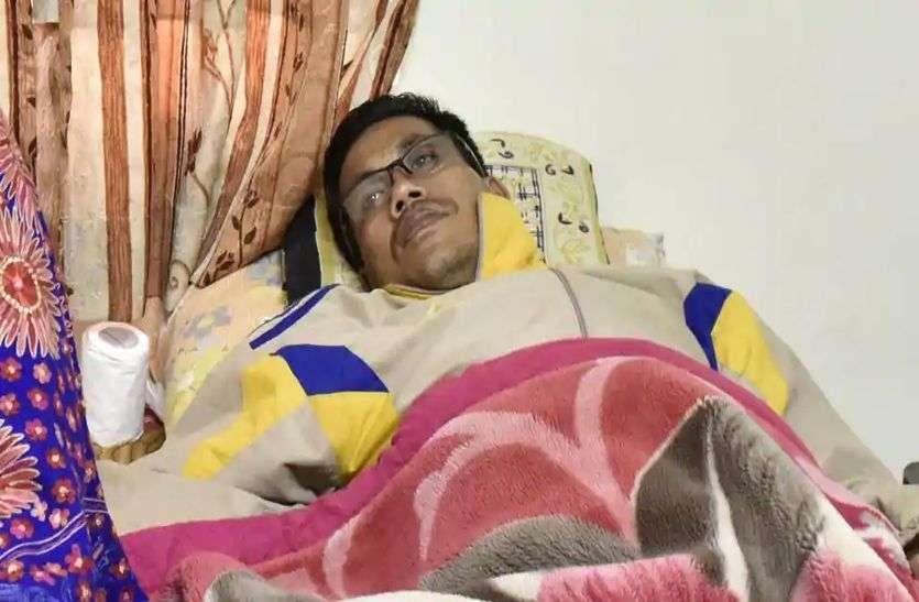 कैंसर के कारण जिंदगी-मौत से जूझ रहे हैं डिंको सिंह, लॉकडाउन के कारण नहीं हो पा रहा इलाज