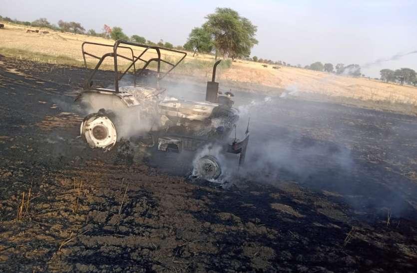 खेत में भूसा बना रही मशीन व टै्रक्टर में लगी आग
