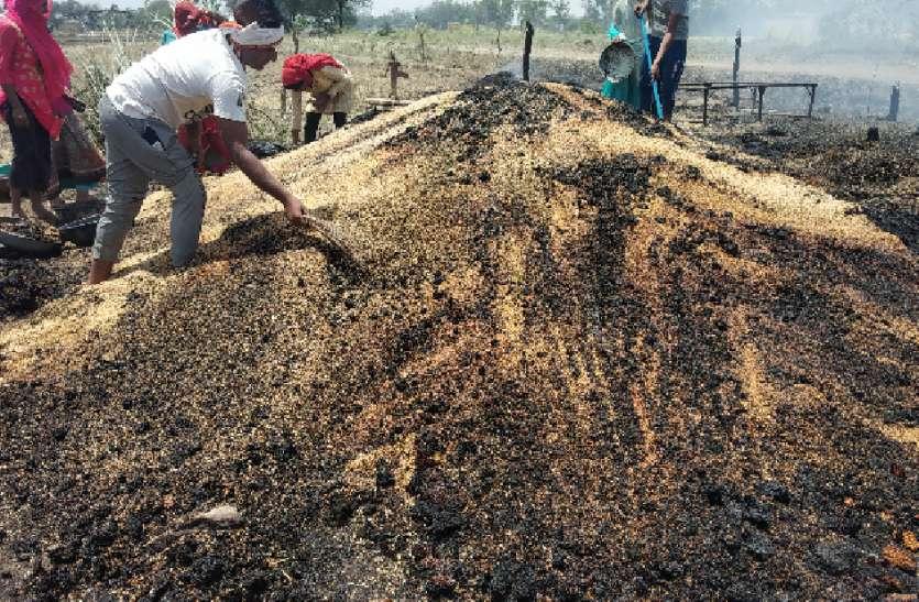 स्पार्किंग से लगी आग ने संकट में डाला, गेहूं का ढेर व भूसा जला