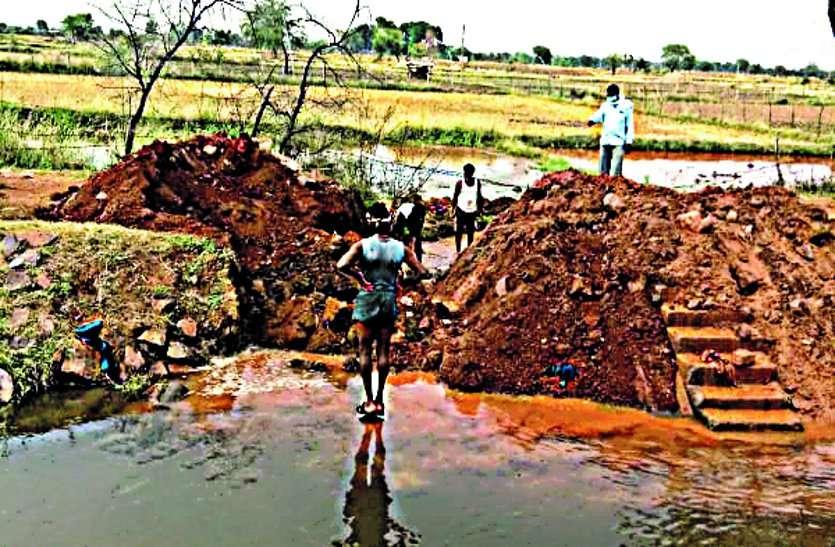 तालाब में पानी भरने जेसीबी से काट दिया नहर का पार, सिंचाई विभाग ने नगर पंचायत को थमाया नोटिस