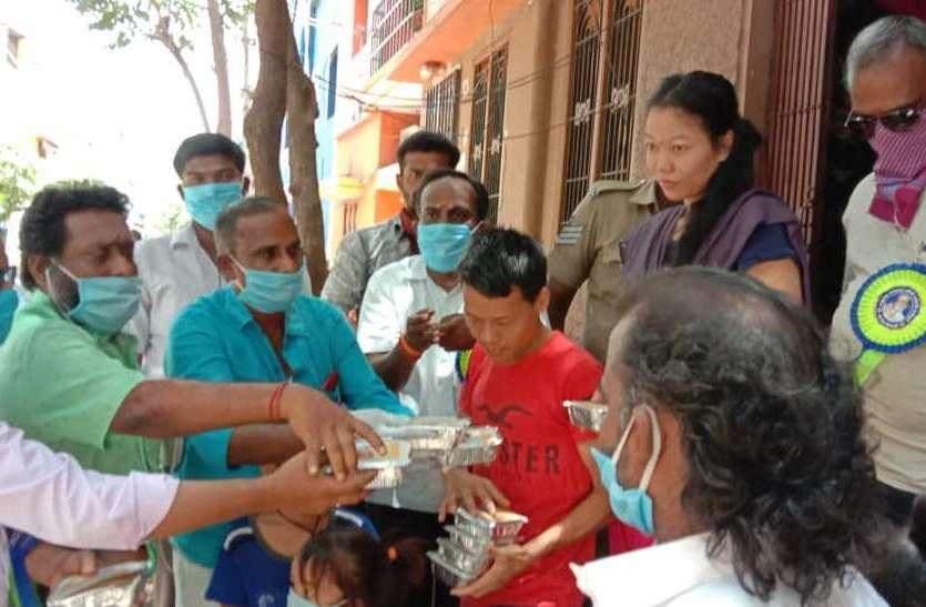 लॉकडाउन के दौरान रजनीकांत फैंस ने जरूरतमंदों को भोजन के पैकेट वितरित किए