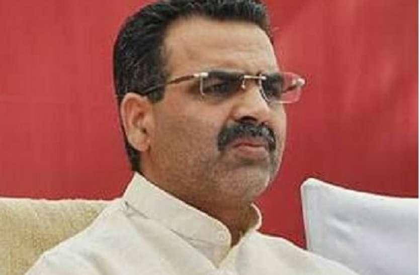 भाजपा नेता और उनके पिता की रिपोर्ट पॉजिटिव आने के बाद केंद्रीय मंत्री ने खुद को परिवार से किया अलग