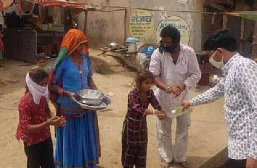 गांवों में जरूरतमंदों को बांट रहे खाना