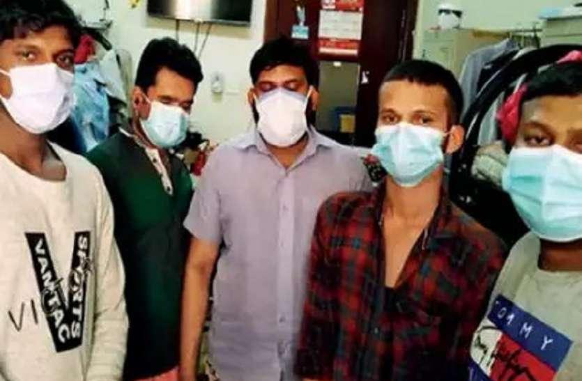 दुबई में फंसे 10 भारतीय मेडिकल हेल्पर कोरोना पॉजिटिव, सरकार से लगाई मदद की गुहार