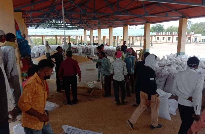 कृषि मंडी: सोशल डिस्टेंस मेंटेन रखने नई व्यवस्था