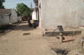 गर्मी में जगह जगह हैंड पंप बन्द होने से बढ़ रही पानी की किल्लत