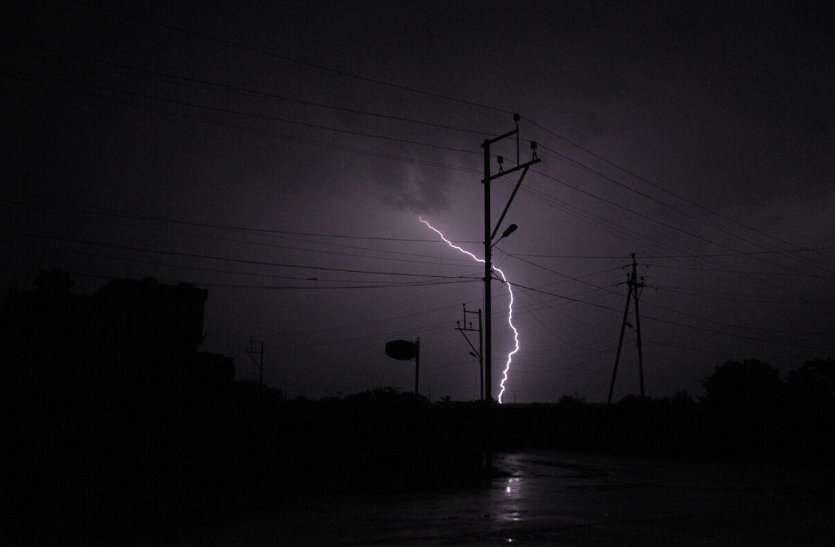 रात में आंधी के साथ हुई बारिश, पेड़ हुए जमींदोज