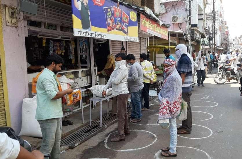पूरे दिन खुली किराना-सब्जी व फल की दुकानें तो घट गई भीड़